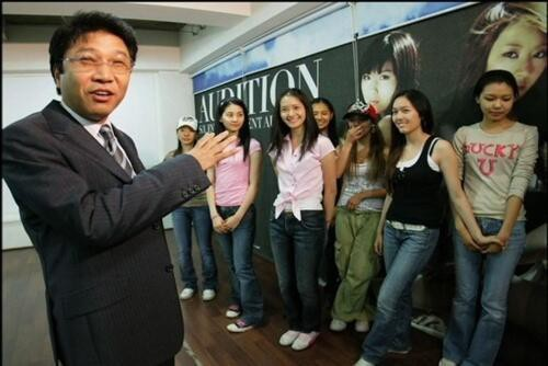 Lee Soo-man with SNSD, Sunkyu, Seohyun, Yoona, Yuri (at the back), Hyoyeon, Jessica, Sooyoung [Pre Debut]