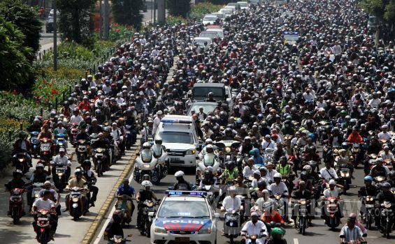 Ribuan umat mengantar jenazah Ustad Jefri Al Buckhori atau yang akrab disapa Uje untuk dimakamkan