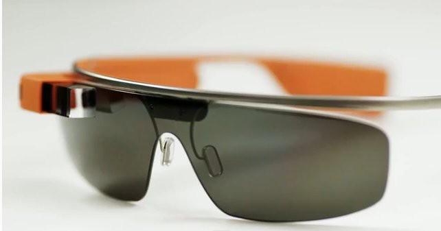 Tak sekadar sebagai kacamata, Google Glass -- demikian yang disebut oleh pendiri Google Larry Page mempunyai beberapa fungsi, seperti melakukan pencarian online, email dan navigasi arah. Bahkan bisa pula untuk panggilan video chat. wow nya mana