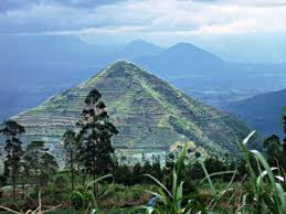 gunung berbentuk piramida di garut