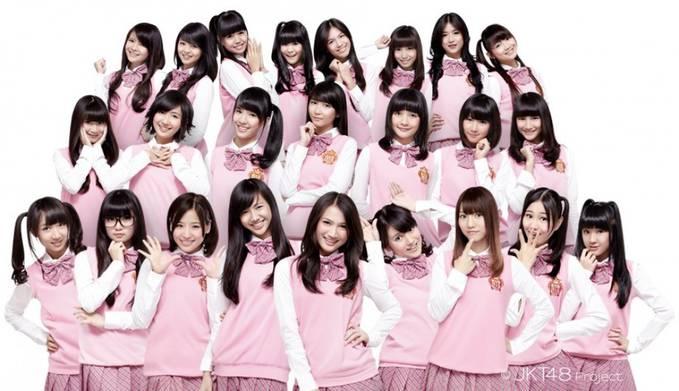 """JKT48 sukses manggung di hadapan penggemar mereka di Surabaya. Kehadiran JKT48 itu dalam rangka memeriahkan """"Dahsyat"""" yang merupakan bagian dari acara off air-on air """"RCTI Oke Surabaya. Di acara tersebut, JKT48 tampil membawakan single andala"""