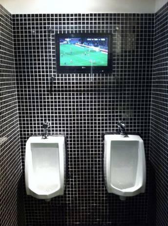 "# Desain Toilet Unik # Hi PULSKER, perhatikan di Gambar Toilet ini, diatasnya terdapat Televisi LCD 32 inch, ini yang sedang buang air bakal berlama lama g ya ? -.-"" Kalian Setuju atau gak Toilet di Pasangin TV Seperti ini ? :)"