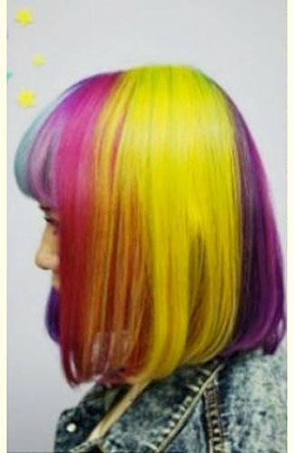 Trend Rambut Jepang #3 Pelaangi Pelangi mungkin jadi inspirasi bagi gadis ini untuk mewarnai mahkotanya dengan susunan gradasi warna pelangi. Usaha yang sangat butuh kesabaran namun berbahaya bagi kesehatan kulit kepala dan rambut.