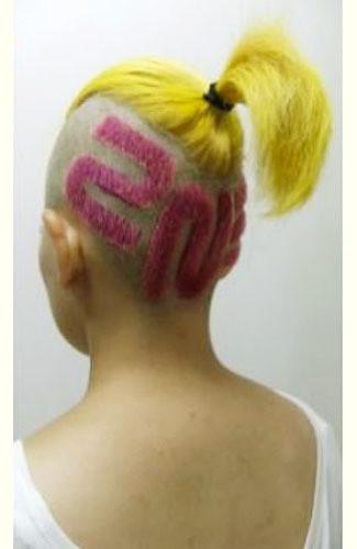 Trend Rambut jepang saat ini #6 Samurai Blonde Gaya rambut samurai tempo dulu, skindhead namun disisakan di atas untuk diikat tarik, dimodernisasikan dengan pembentukan huruf kanji.