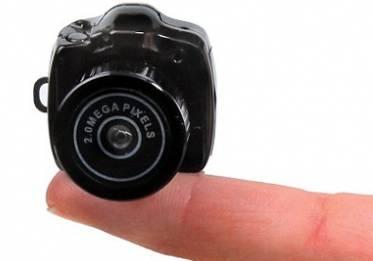 kamera terkecil di dunia ini banyak manfaatnya lho.... untuk mengambil gambar dan merekam video, memiliki resolusi tinggi(HD),kecepatannya rekam mencapai 30 fps, kecepatan ini sama yaang dimiliki oleh Handycam HD.