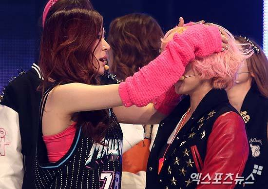 Tiffany SNSD dan Sunny tampak seperti kakak beradik. Wownya untuk mereka. :)