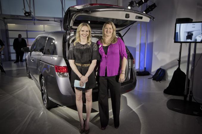 """Designer Rosie Pope membantu memperkenalkan didesain ulang 2014 Odyssey lalu malam bersama insinyur memimpin kendaraan, Tami Giammarco. paus Saat mengendarai Odyssey 2012 dan berpikir teknologi baru HondaVAC adalah """"hanya menakjubkan""""."""