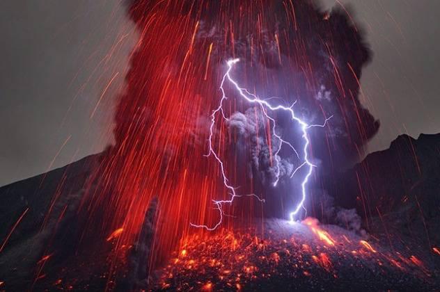 Ini lah gunung meletus dan kesambar petir amazing ,jangan lupa WOWnya!!
