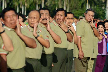 Salam ..untuk menjaga kesehatan jasmani bapak presiden kita senam bareng dan angle dari fotografer ini cukup unik he he.. http://grizenzioorchivillando.blogspot.com/2013/05/bapak-susilo-bambang-yudhoyono-senam.html