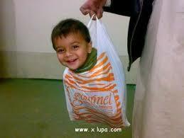 anak ini di masukan ke dalam kantong plastik klik wow ya ya