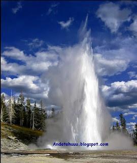 Fakta Unik Geyser di Islandia Taukah anda bahwa ada air mancur yang berasal dari panas bumi yang sangat unik dimana air mancur tersebut akan keluar setiap saat dengan indahnya. Air mancur panas bumi tersebut dinamakan Geyser. Uniknyanya geyse