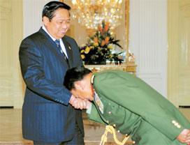 Panglima Angkatan Tentara Malaysia Cium Tangan SBY