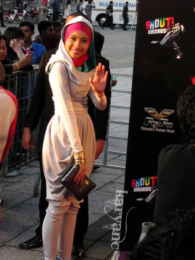 Yuna Zarai - Artis (Penyanyi) hijab Malaysia yang berhasil go international tanpa harus memakai jeans pendek, bra, dan rompi. Debutnya bersama Owl City - Shine Your Way (Ost. The Croods) adalah bukti keberhasilan gadis kelaharian 27 tahun lalu.