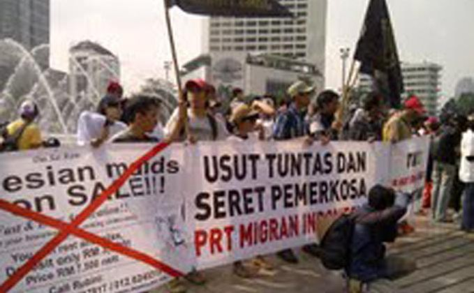 TKI Terancam Hukuman Mati, Presiden Sibuk Urus Partai Puluhan anggota Migrant Care memperingati hari buruh 1 Mei 2013 dengan menggelar aksi di Bundaran Hotel Indonesia, Rabu (1/5/2013). Mereka mengkritisi presiden SBY yang malah sibuk. -_-