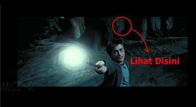 ternyata ada penampakan di film harry potter di ujung atas dekat pohon NO EDIT!!!!!!!!!!!! source:MCI