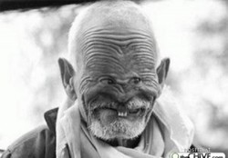 tersenyumlah untuk semua ... karna senyyum itu ibadah... kakek ini aadalah manusia unik yang mirip sekali sama marmut(hubungannya sama senyum apa ya)