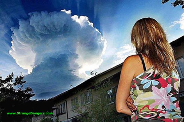 Ini bukan ledakan BOM! tapi ini memang awan yang mirip dengan ledakan BOM! keren ya (y)