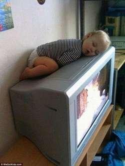 """ibu-ibu ini lah tempat tidur buat anak kecil sekarang ibu bisa nonton sekalian jaga anak. wkwkwkw jangan lupa """" WOW """" nya"""