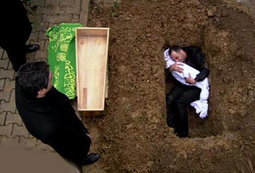 Seorang ayah memeluk jasad anaknya yang meninggal pada umur 5 tahun di dalam liang kuburnya. Begitulah kasih sayang orang tua yang sungguh luar biasa kepada anaknya. Please Wow for RESPECT