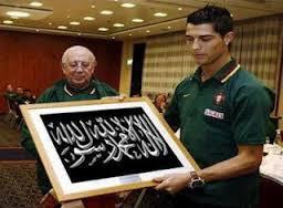 C.Ronaldo membeli foto kaligrafi untuk membuktikan bahwa dia telah masuk islam