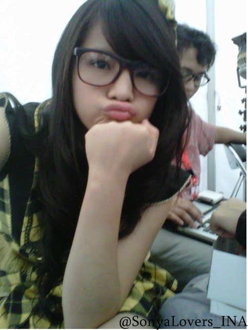 Sonya Pandarmawan, biasa dipanggil Panda. Personil JKT48 yang paling cantik. Imut banget ya pas lagi pake kacamata
