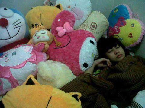 Anisa Chibi tetep Cantik ya lagi tidur. dan Itu bonea banyak banget sih. Kok sempet ya. tidur diantara boneka boneka yang di berikan fans khusus buat Anisa chibi. Coba kalo iqbaal bnekanya di plastikin ajah..