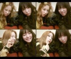 Taeyeon dan Tiffany Membuat Ekspresi Wajah Lucu di Depan Kamera