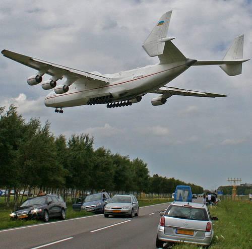 hai sobat pulkers di minggu pagi ini saya membagikan teknologi transportasi udara,sobat pulkers tau tidak bahwa pesawat terbesar bukanlah airbus A380 atau Boeing B747 melainkan Antonov An225 buatan rusia seperti foto di atas,jangan lupa wownya