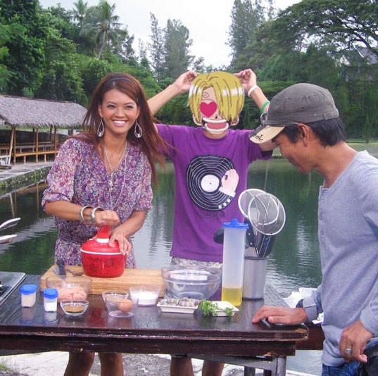 sebenarnya dulu sanji adalah penjual Mie tek tek keliling, namun sukses dalam serial OP, kini sanji memiliki acara tersendiri dgn nama Ala Chef Baratie, dgn bintang tamu Farah Quinn sukses utk sanji.