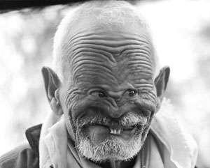 Wah! Si kakek kok mukanya aneh banget? Baikin dulu donk kekk :b Wownya Please!!!