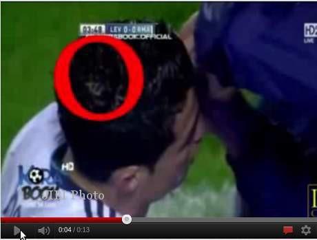 Ada lafadz Allah SWT di kepala Cristiano Ronaldo. Lihat video di you tube tulis kata sandinya Allah written in Arabic on Cristiano Ronaldos head