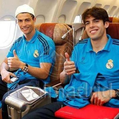 Lihat Cristiano Ronaldo Pakai Peci Haji Di Sebelah Kaka