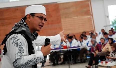 JAKARTA -- Tiga hari sudah almarhum Ustaz Jefry Al Buchori meninggalkan bangsa ini. Gema takbir dan tahlil terus menggema di makam ustaz yang kerap disapa Uje ini. Tidak hanya para santri pengajian yang pernah di ajar oleh almarhum Uje yang da