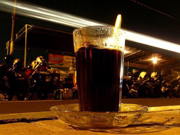 """Kopi JOSS! Kopi hitam yang diperkuat rasa & aromanya dengan diberi sepotong arang yang menyala-membara. Saat dicemplungi arang, terdengar suara """"JOSS..SS."""" Yg suka dg minuman khas Angkringan Lik Man Yogyakarta ini, click """"WOW"""" ya??"""