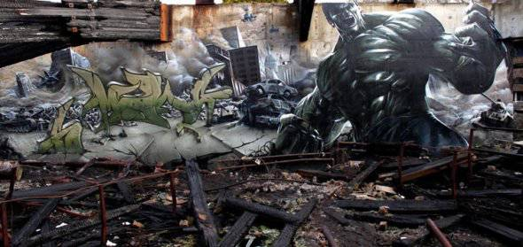 keliatan real kan..? ini merupakan karya seni lukis jalanan ( grafiti ).. wow ya :) :)