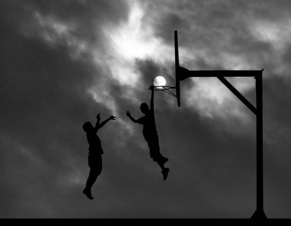 senja yang pas buat hunting.. wow ya,, buat bola basket nya.. :) :)