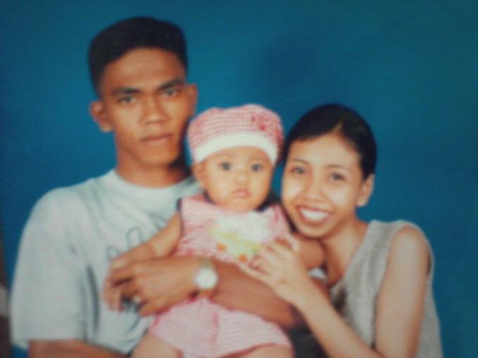 Father :) Me :) Mother:* My Familyy :D Me ditengah ,, foto waktu tahun 2001 :D Kawaii gk ? >_<