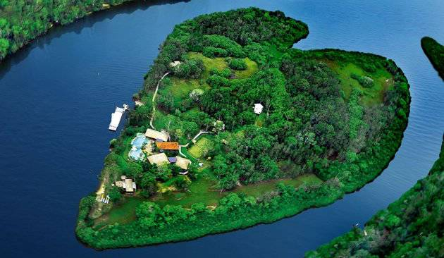 Pulau Makepeace berbentuk hati di Sunshine Coast Australia.