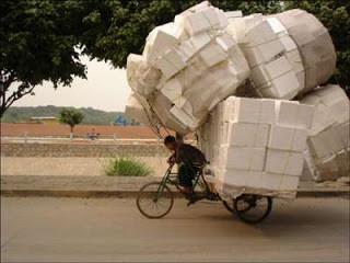 Foto lucu becak super kuat. Kekuatan becak ini mungkin menyamai sebuah truk. Lihat saja barang bawaannya.kasian orang ini mohon yg melihat foto ini agar dikasih WOWnya agar bisa membantu orang ini
