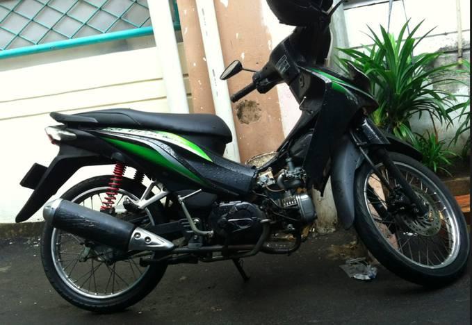 Ini sepeda motor Honda Revo kesayanganku, biasanya aku pake buat ke sekolah tiap harinya :D . Tanpa dia aku gak bisa kemana-mana hihi. yang milih itu aku dan ayahku juga suka dengan motor honda Revo soalnya Irit :D