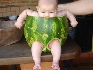 Foto lucu trend fashion bayi terbaru. Tapi kalau dipikir-pikir, kasian juga yach bayinya ..!!