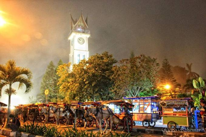 """""""Jam Gadang dan Bendi"""" Malam minggu di taman Jam Gadang... 29.12.2012"""