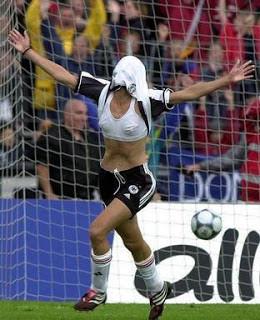 Foto lucu selebrasi setelah mencetak gol