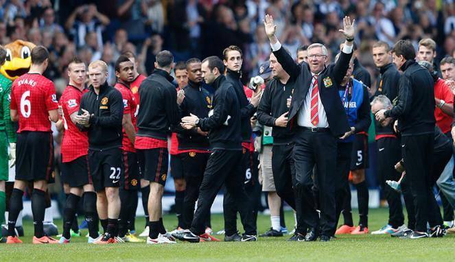 Sir Alex Ferguson merayakan partai terakhirnya bersama Manchester United pada laga lanjutan Premier League melawan West Bromwich Albion di The Hawthorns Inggris, Senin(20/05/2013). The Red Devils gagal menuai kemenangan usai bermain imbang 5-5