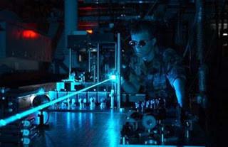 HELLADS Defense Advanced Research Projects Agency (DARPA) Pentagon mengembangkan senjata laser masa depan yang dikenal sebagai High Energy Liquid Laser Area Defense System. Sistem laser ini dibuat seringkas mungkin agar dapat dipasang di pesawa