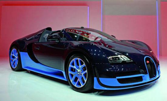 Bugatti Veyron Grand Sport Vitesse 2012. Top speed mencapai kecepatan 410 km/h, 255 mph. 0-62 mph, dalam 2.6 detik