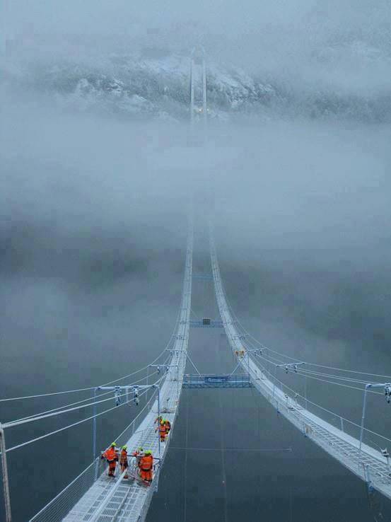 Jembatan Norway Sky. Terlihat seperti jalan menuju surga!