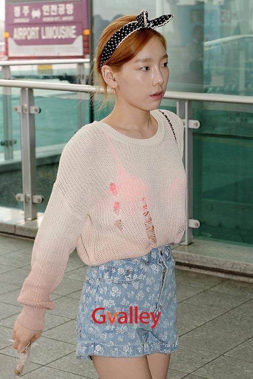 Ini Taeyeon SNSD waktu lg di bandara (entah mau kemna). Kta Fansx kebanyakan: Wow, so sexy! Kata q: Hmm.. Gk ada baju lain apa, ya? N q lbih suka dia pake make up. Menurut Pulsker???? Jgn lupa Wowx!!!! :D Tidak ada maksud jelekin! cuma nemu!