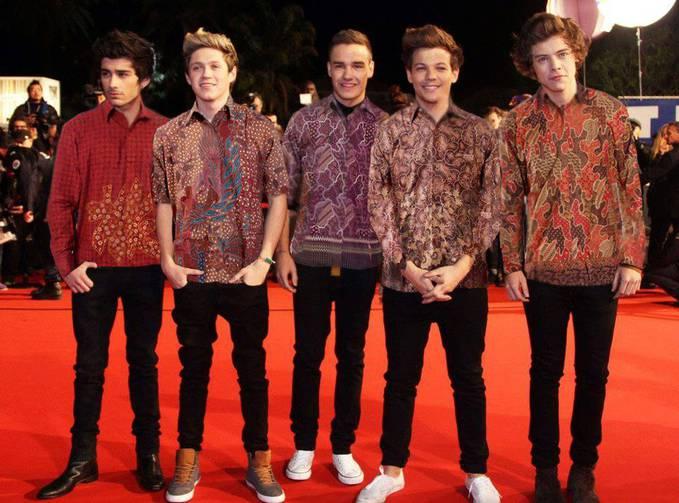 Wow..One Direction memakai batik yg berasal dr negara kita.. Jd makin Ganteng yah.. :*,,Jgn lupa WOW nya Directioners & Pulskers