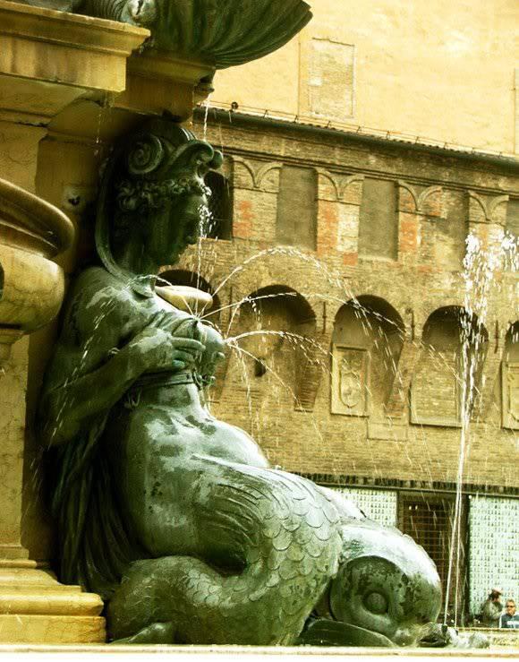 Air Mancur ini mengeluarkan air di payudaranya Mana WOW nya yah